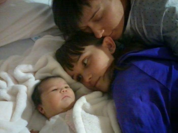 Noa con su hermana Itziar y su madre